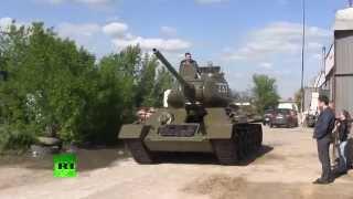 В Луганске восстановили танк времён Великой Отечественной войны(Энтузиасты из Луганска подготовили к параду на День Победы танк Т-34. Долгое время он стоял на постаменте..., 2014-05-06T18:15:39.000Z)