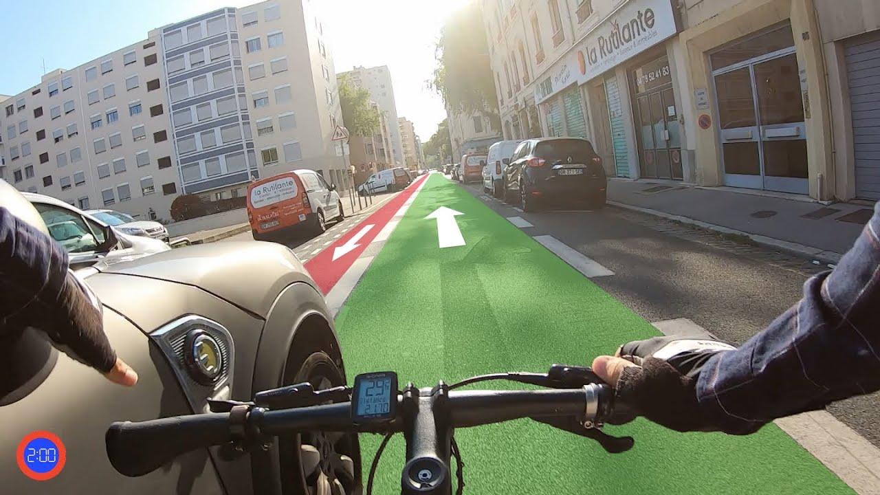 Download Ces chauffards veulent remettre les cyclistes dans leur piste.