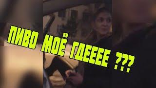 Пьяная пассажирка в такси открыла дверь на ходу и бьёт водителя