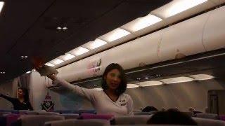 2016.01.28.V Air威航空姐示範救生衣穿法。