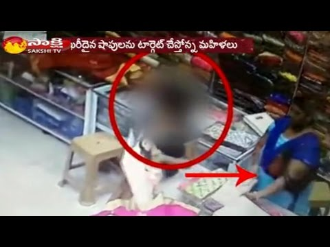 Women gang robbed Sarees Worth rs 2 Lakh at Somajiguda in Hyderabad - CCTV Footage