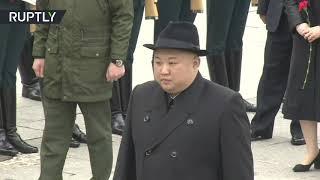 شاهد.. زعيم كوريا الشمالية يحني رأسه أمام نصب تذكاري لأشهر الغواصات الروسية