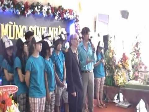 Sinh Nhật Bố Hoài Linh 2012 - Đàn Gà Trong Sân