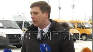 Заместитель губернатора Андрей Гнеушев вручил руководителям учреждений ключи от новых автобусов