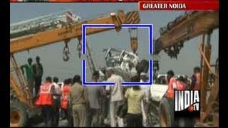 Horrfic Yamuna Expressway crash leaves car bonnet hanging over edge, Part 2 thumbnail