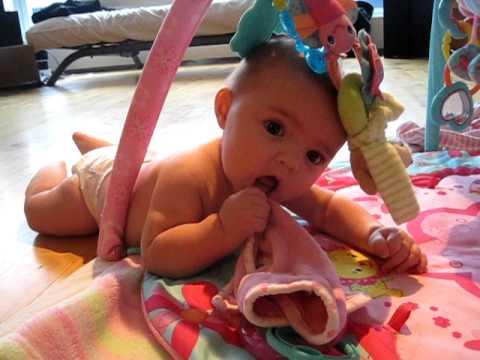 cbdb8a0332de17 Céleste et ses jouets (5 mois) - YouTube