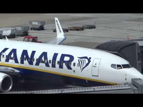 Ryanair Boeing 737-800 EI-FOM parking Hamburg Airport