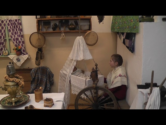 Изображение предпросмотра прочтения – АнастасияСизова читает произведение «А баиньки - баиньки, купим сыну валенки»