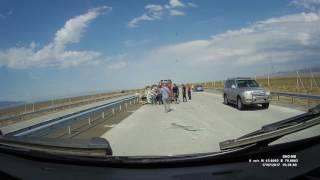 Смотреть На трассе Алматы - Жаркент перевернулась машина онлайн
