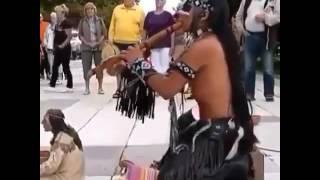 Индеец играет на флейте