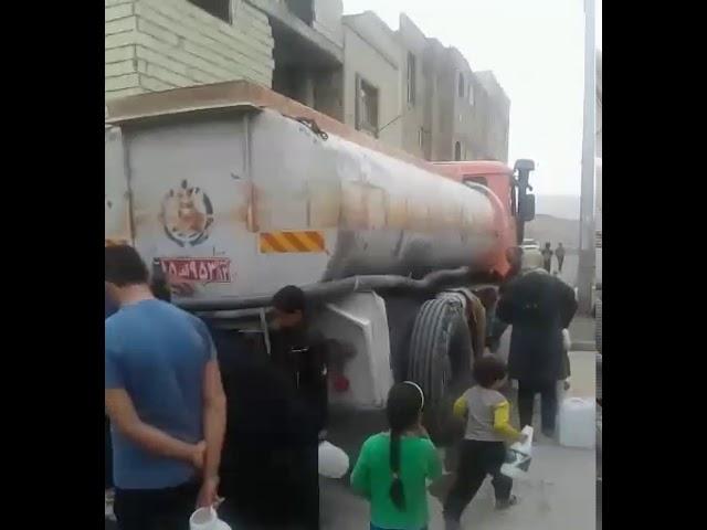A ville de Sadr, beaucoup doivent aller chercher de l'eau potable à des robinets avec des bidons