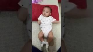 寶寶要翻身翻不到的可愛模樣!!