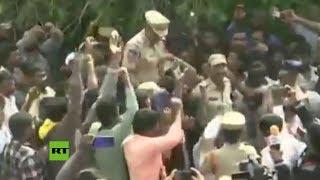 Cargan a hombros a los policías que mataron a unos presuntos violadores en la India