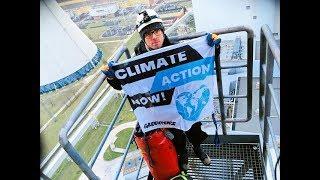 Aktywiści Greenpeace na kominie Elektrowni Bełchatów. Protestują przeciwko spalaniu paliw kopalnych