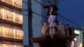 早朝6時前からの曳き出しは、だんじり祭りの中でも最も見応えがある。夜...