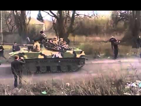 9.04.14 - Доброполье, Донецкая обл. Дончане пытаются заблокировать танки, идущие на Донецк.