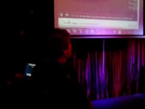 Helga beim Karaoke im Amadeus