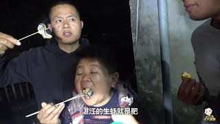 100斤生蠔吃不完,拿到樓頂上架繼續烤著吃,小六這下過足嘴癮了
