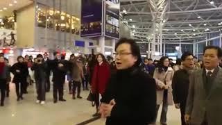 Keren vokal group nyanyi lagu natal di bandara seol korea!