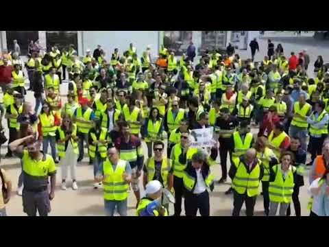 Los trabajadores de Ence rodean el Concello, la Subdelegación y la Deputación