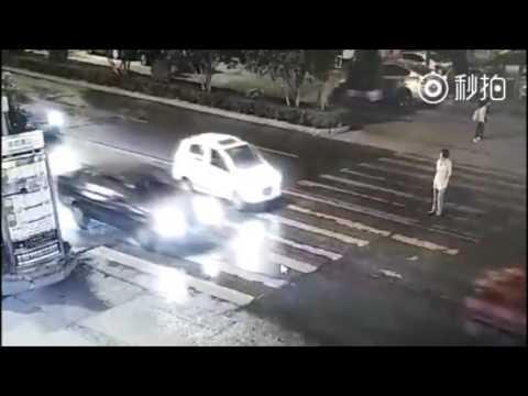 PARAH! Wanita tertabrak mobil, orang sekitar tidak ada yang peduli sampai ia terlindas mobil lain lg