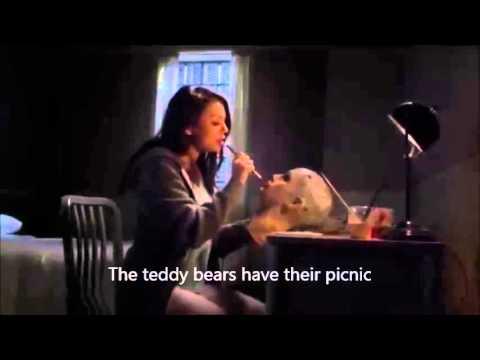 Mona sings