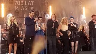 """Koncert """"Zakochani w Lublinie"""" na 700-lecie miasta. Finałowa pieśń """"Zróbmy sobie miasto""""."""