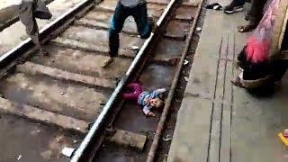 Bebé cae a las vías del tren en India y sobrevive