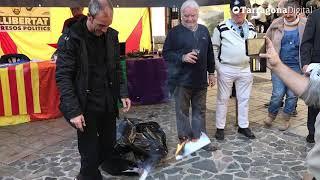 Cremen i estripen la Constitució a Torredembarra