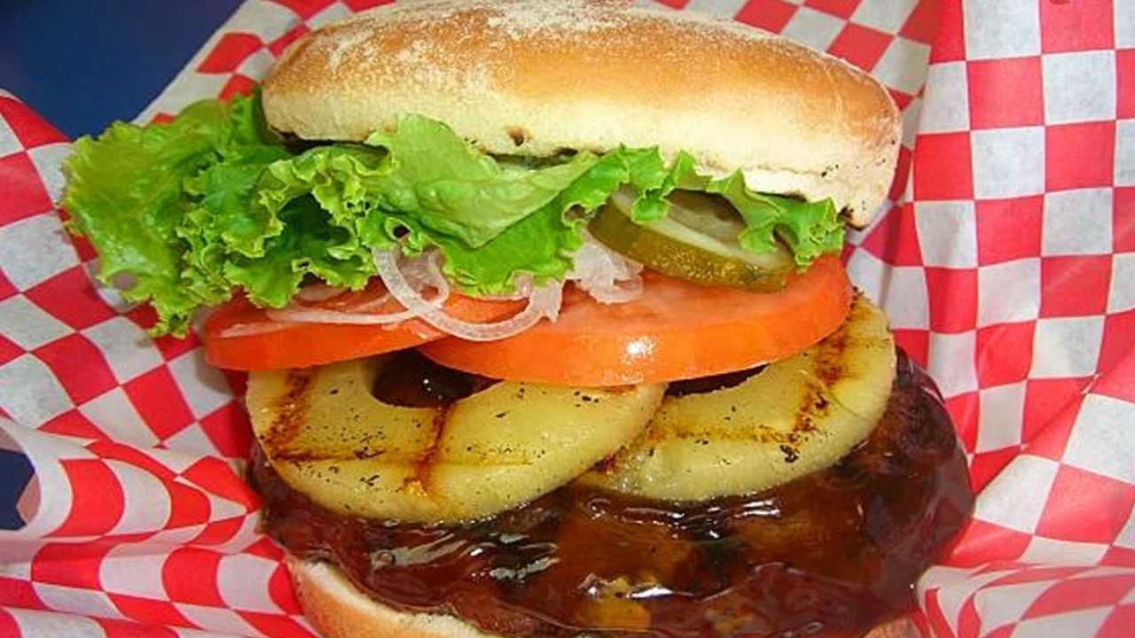 Teddy's Bigger Burgers - Lahaina Maui Hawaii - YouTube