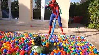 Человек-паук и Халк Мотоцикл КРАШ в БАССЕЙН! | Паук Мотоцикл