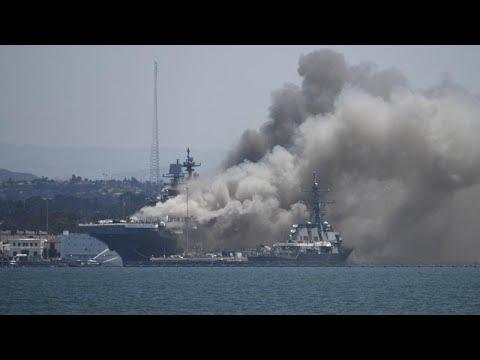 شاهد.. انفجار في سفينة حربية أمريكية راسية في ميناء بكاليفورنيا…