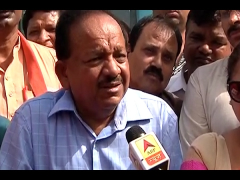 MCD Elections 2017: Union Minister Dr. Harshvardhan casts his vote in a polling booth in K