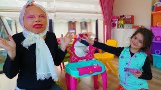 Masal Babaannesine Yılbaşı Makyajı Yaptı! Grandma pretend play kids make up toys