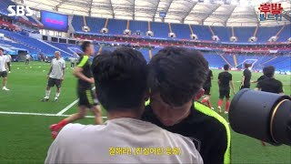 Ji-Sung Park meets Son Heungmin and Chicharito before the Korea vs Mexico match.