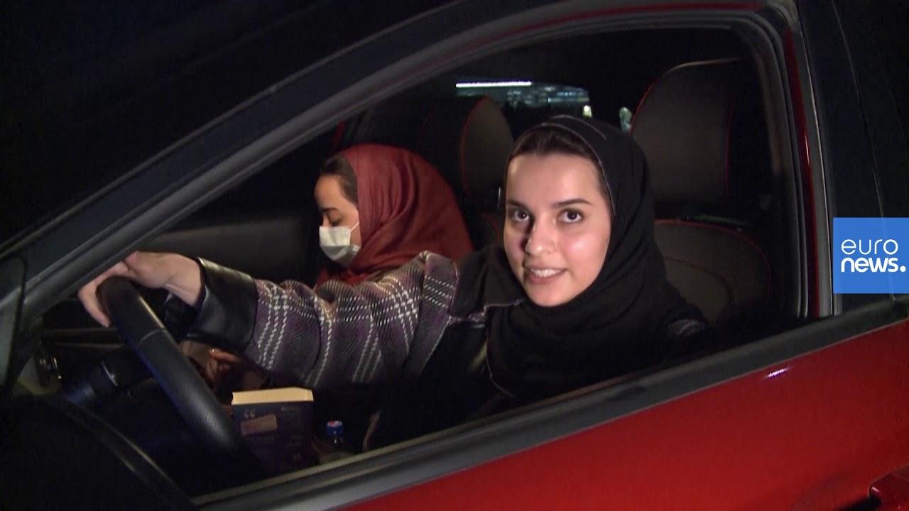 سعوديون يشاهدون عرضا سينمائيا من داخل سياراتهم في الرياض لأول مرة زمن الجائحة  - نشر قبل 24 ساعة
