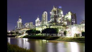 複雑な配管緑に輝く 新潟市の旭カーボン(通船川沿い)