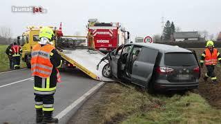 Kollision zwischen Auto und Bus auf Eferdinger Straße in Wilhering fordert einen Schwerverletzten