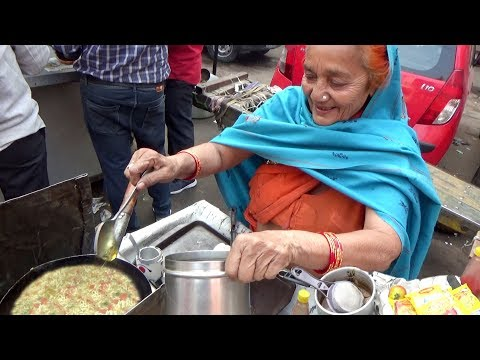 Hard Working Old Grandma Selling Maggi Noodles & Bread Omlet in Delhi | Only 30 rs Plate