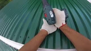 Как поднять и установить профлист на крышу в одиночку