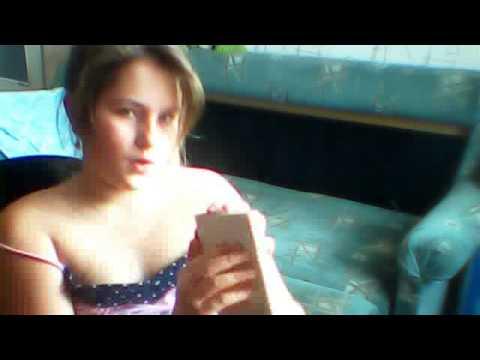 девочка показывает по веб камере тити