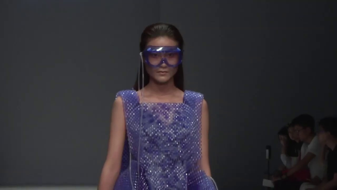 美女模特時裝走秀,身穿連衣裙,簡約時尚大氣上檔次,這也太美了!