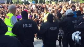 G20: Polizisten nehmen ihre Helme ab