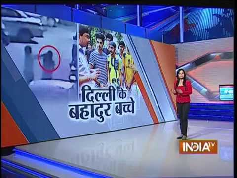 Delhi Boys Helps Foreign Woman to Get Her Bag Back From Snatcher - India Tv