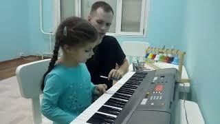 Музыкальные занятия в центре Апельсин. Обучение игре на фортепьяно