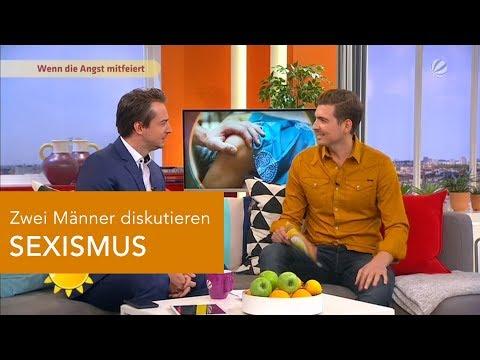 Zwei Männer diskutieren SEXISMUS