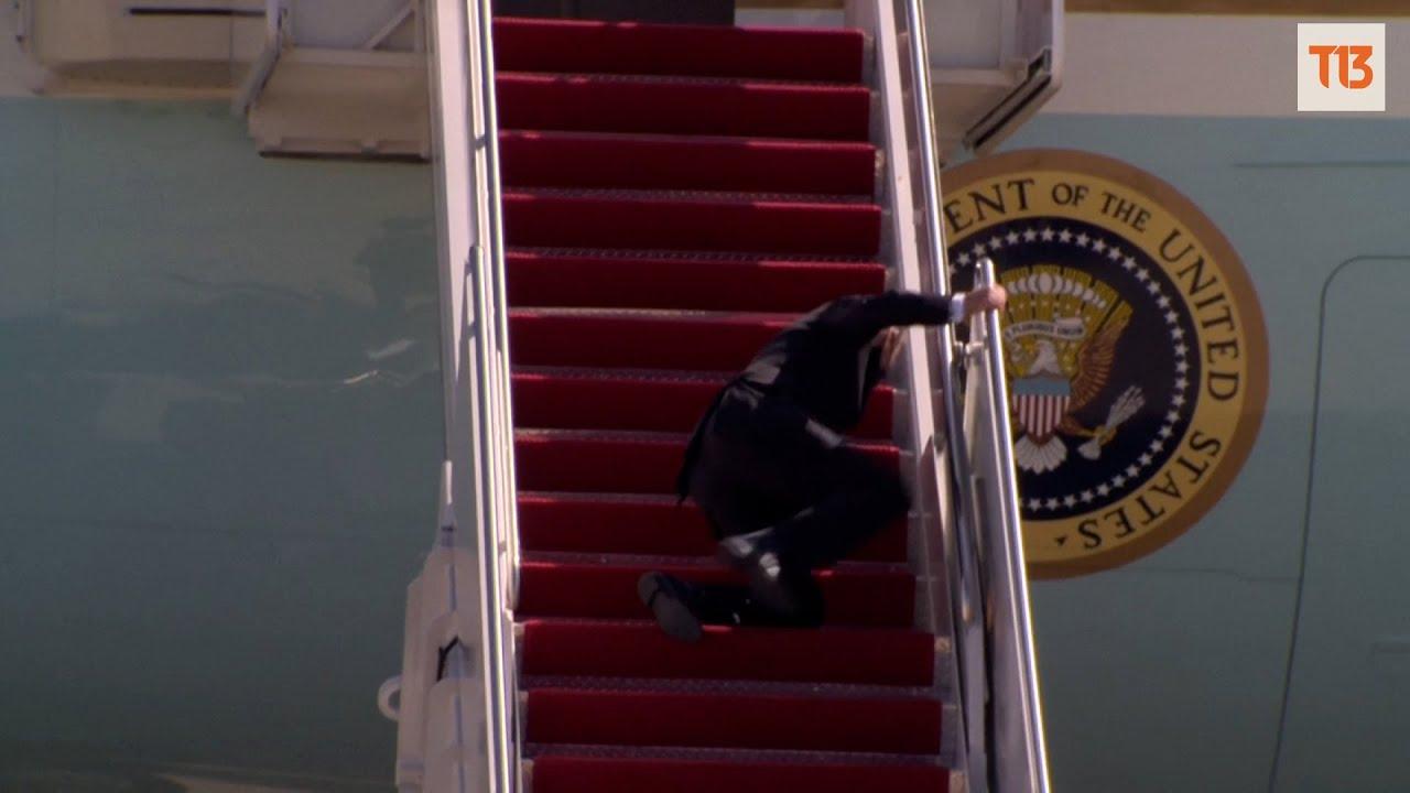 Joe Biden tropieza varias veces al subir a avión presidencial - YouTube