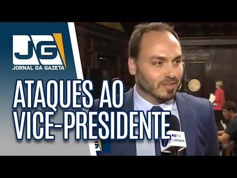 Carlos Bolsonaro volta a atacar vice-presidente e ganha reforço do irmão