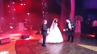 Свадьба Еркена и Гульжан. Еркен поет вместе с Пупо