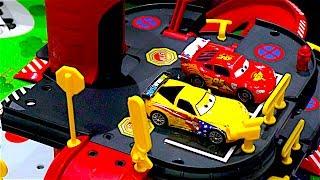 Парковка для маленьких машинок // Свинка Пеппа и братик Джордж